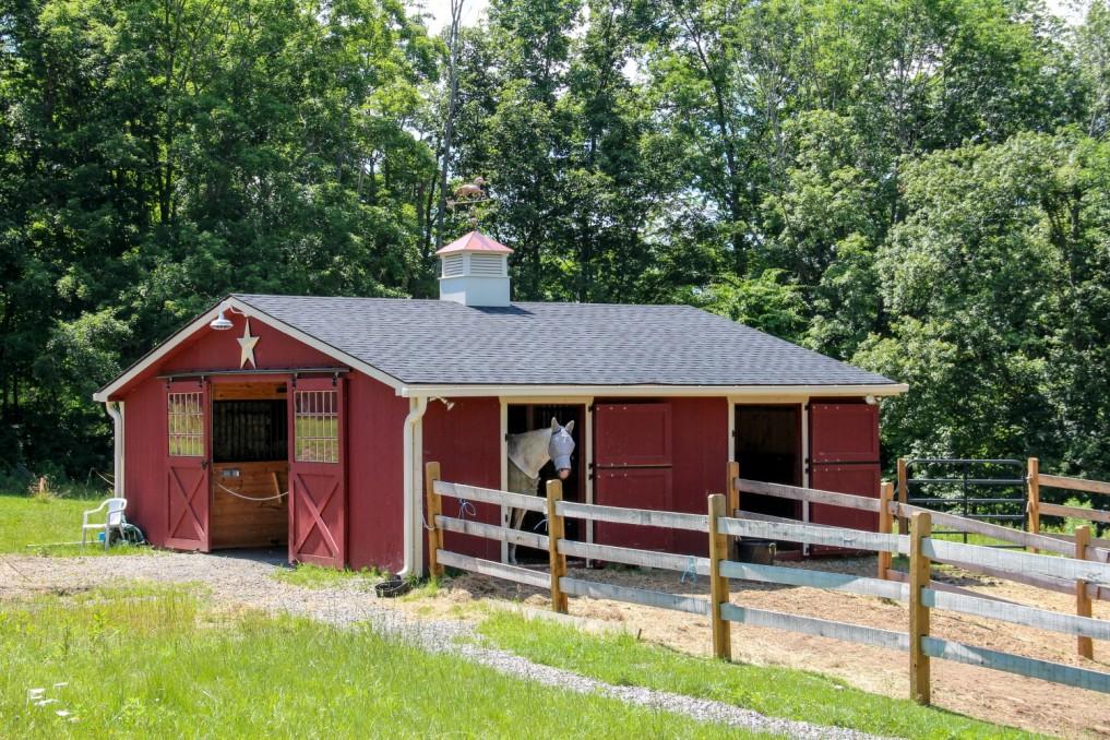 Чистим конюшню после зимы- 5 этапов проверки конюшни - фото nice-dark-brown-small-horse-barn-plans-that-can-be-decor-with-grey-roof-can-add-the-beauty-inside-the-modern-natural-house-design-ideas-with-simple-design-inside-1017x678, главная Здоровье лошади Пастбище Содержание лошади , конный журнал EquiLIfe